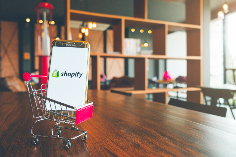 One expert explains why Walmart should acquire Shopify.