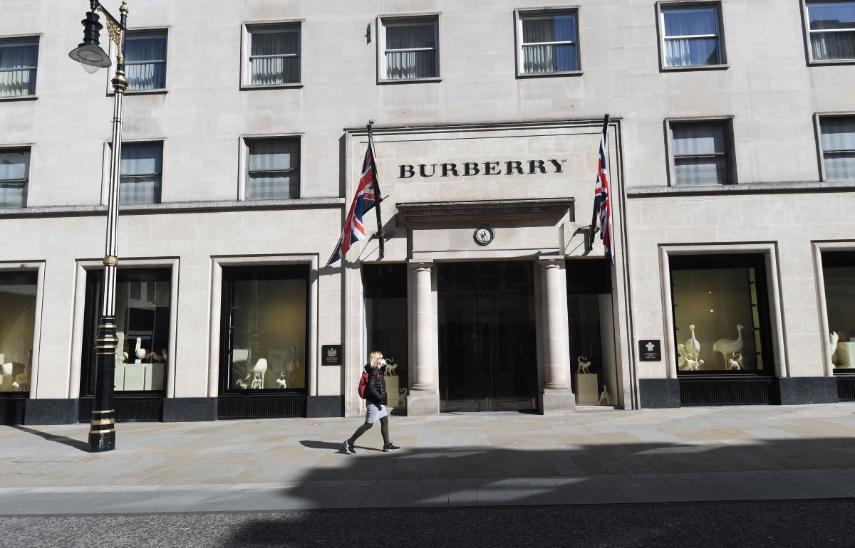 Burberry doesn't plan to rely on a government handout for job support and plans to continue base salary pay even as U.K. retail sales fall.