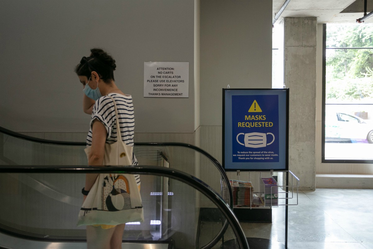 The American Apparel and Footwear Association implores President Trump to mandate the use of face masks to curb the spread of coronavirus.