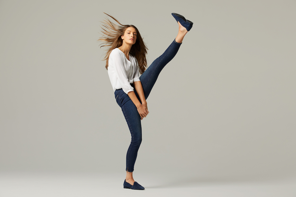 Love them or hate them, denim brands are revisiting stretchy, quarantine-friendly jeggings as a comfy counterpart to loungewear.