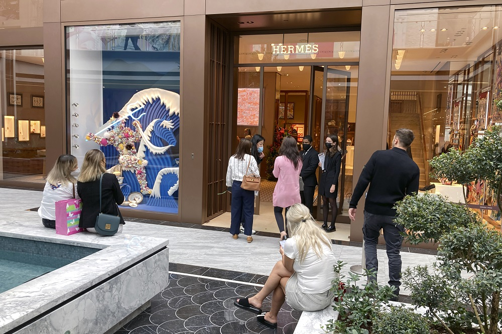 """Klarna's """"2021 Holidays Unwrapped"""" report shows 40 percent of U.S. consumers are starting their holiday shopping earlier this year."""